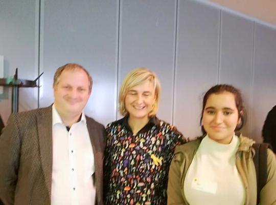 Groepsfoto met Hind, parlementslid Paul Cordy en minister Hilde Crevits